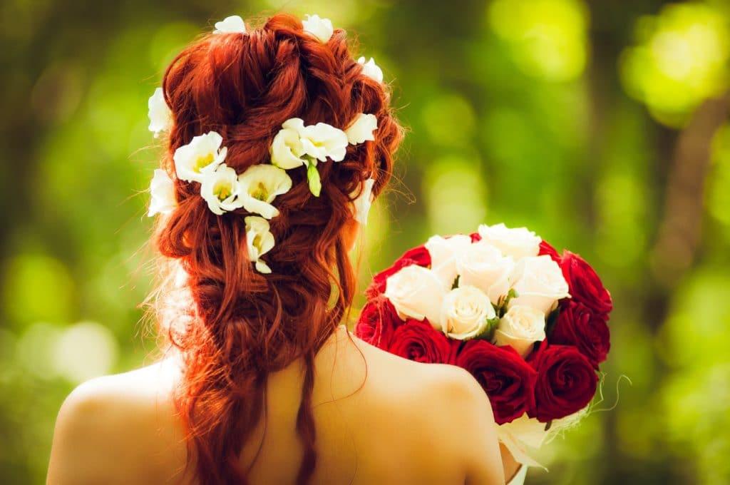 Brautfrisuren mit frischen blumen