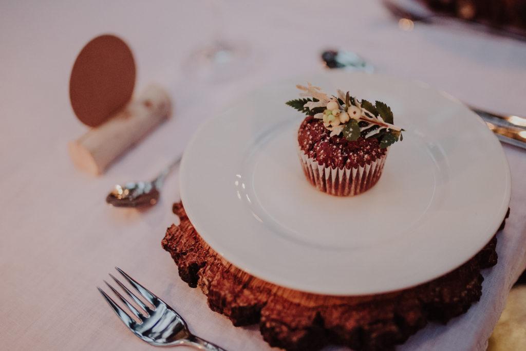 Holz als Tischdeko für die Hochzeit